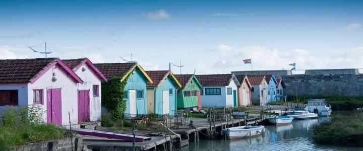 Pourquoi préférer une petite commune à une grande ville pour ses vacances ?